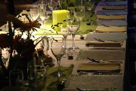 Mesas totalmente equipadas y decoradas