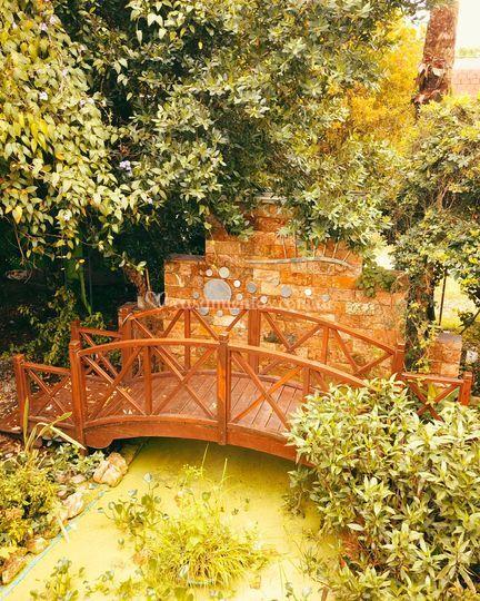Cascada con puente en madera