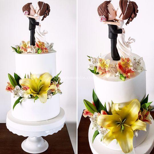 Torta doble altura y flores