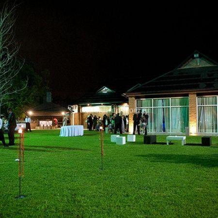 Salón con parque y hotel
