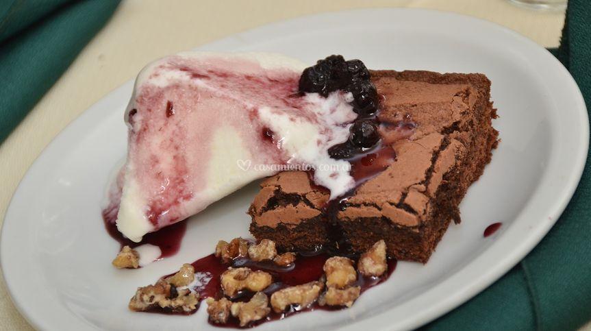 Brownie con helado y arandanos