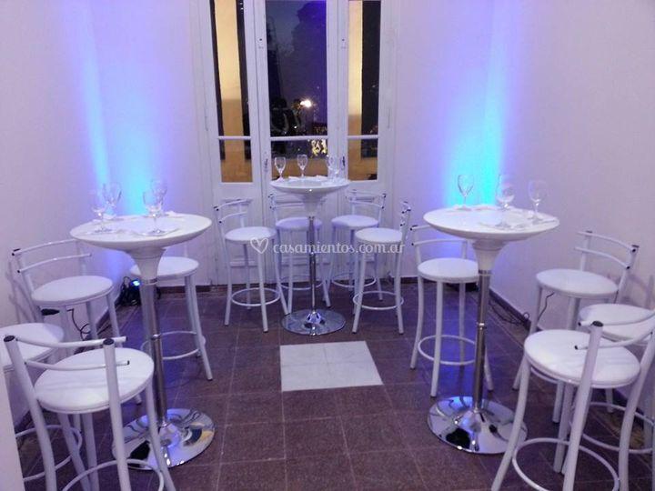 Mesas altas con banquetas