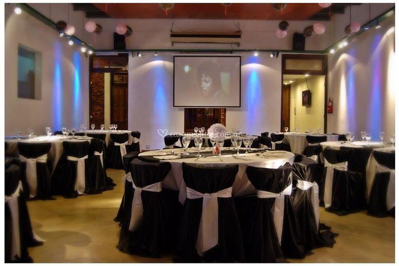 Salón con mesas blanco y negro