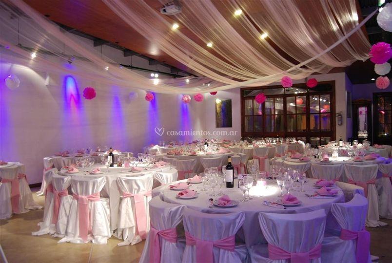 Salón con mesas rosa