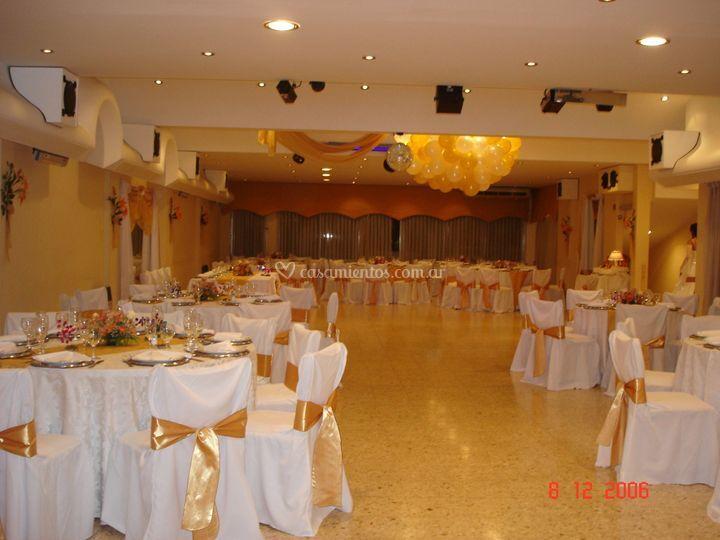 Salón decorado en dorado y blanco