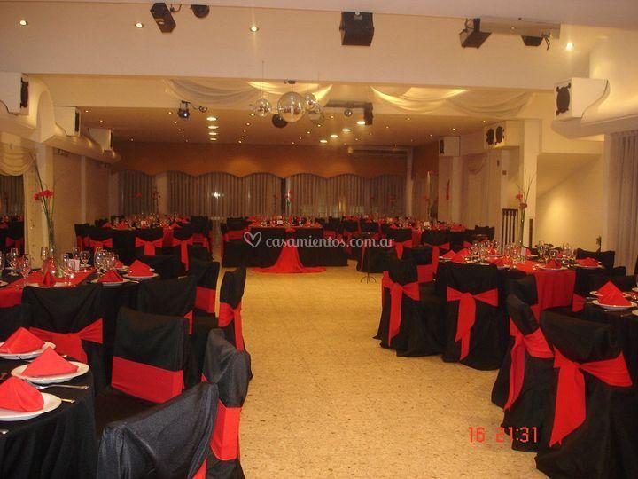 Salón decorado en negro y rojo