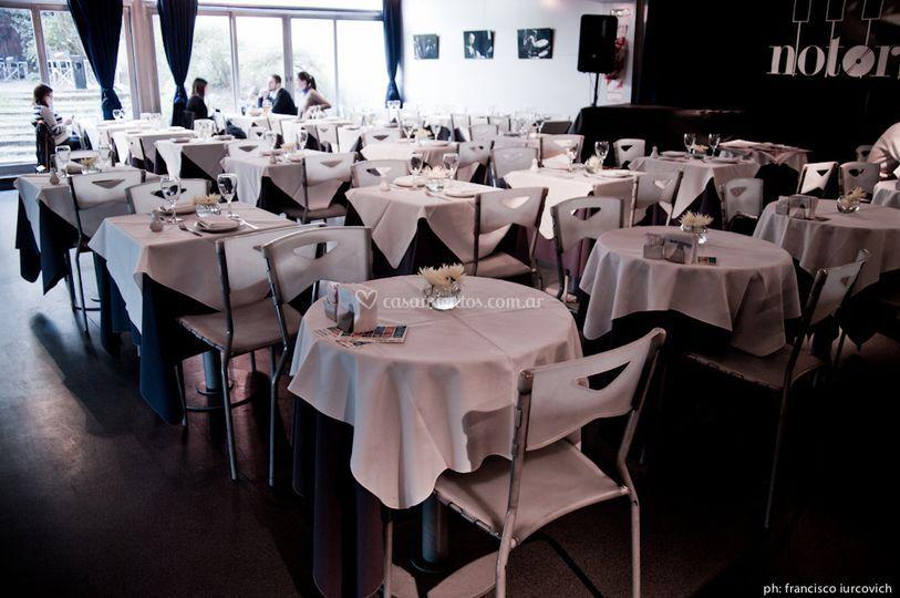 El salón con mesas