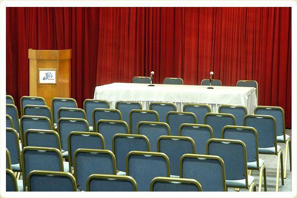Salón dispuesto para conferencia