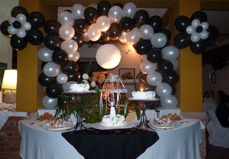 Mesa dulce central en blanco y negro