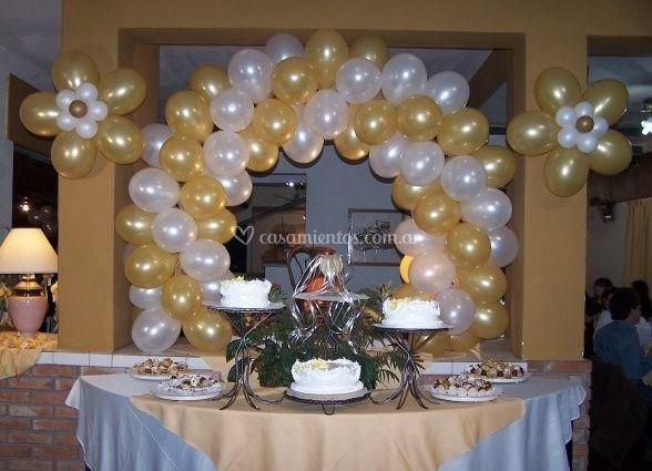 Mesa y torta en amarillo y blanco