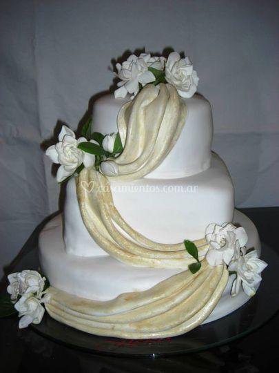 Torta de bodas con jazmines