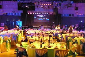 Decoración de sillas, mesas y escenario