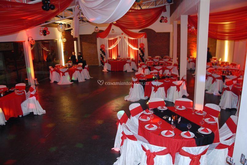 Salón decorado en rojo y blanco