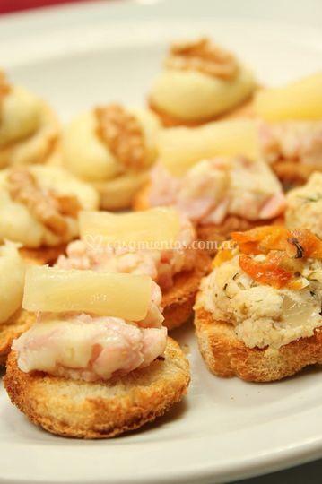 Canapés de jamón y ananá , roq