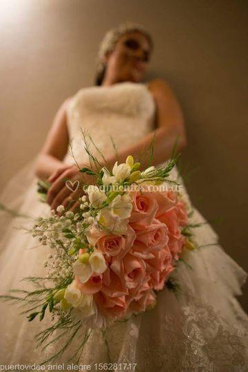 Ramo con rosas y fresias