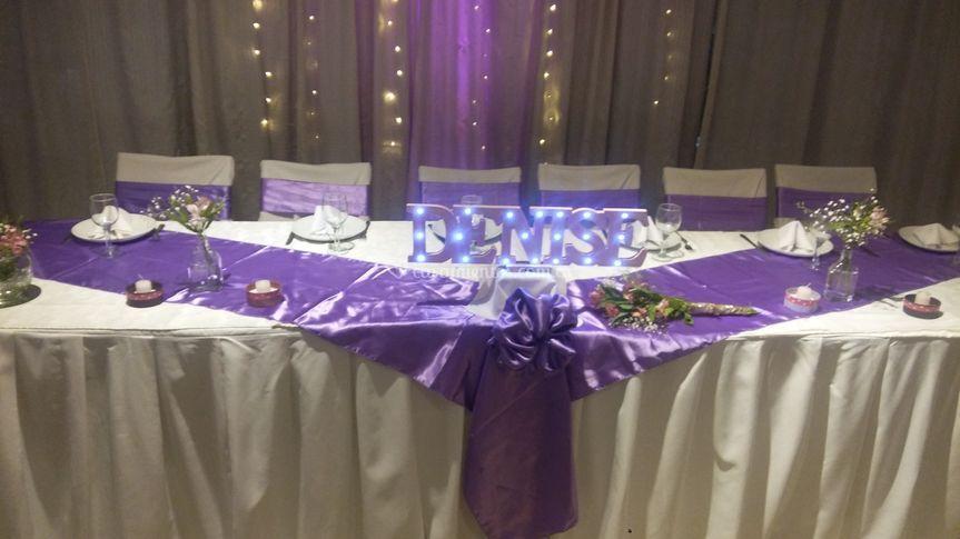 Mesa principal blanco y lila