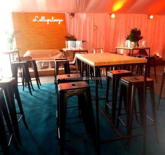 Mesas altas con banquetas toli