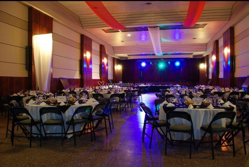 Salón decorado e iluminado