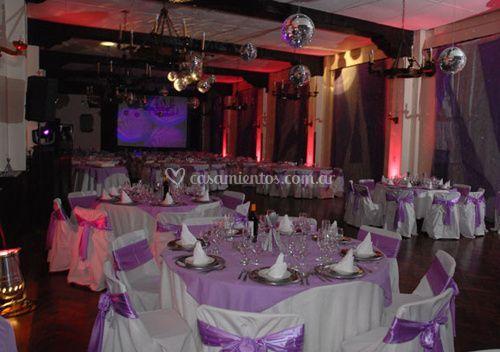 Salón decorado en rosa y blanco