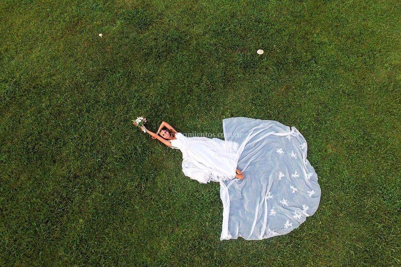 Novia y ramo de novia. Drone.