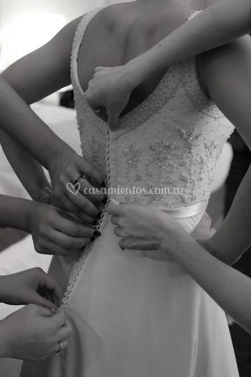Manos en el vestido.