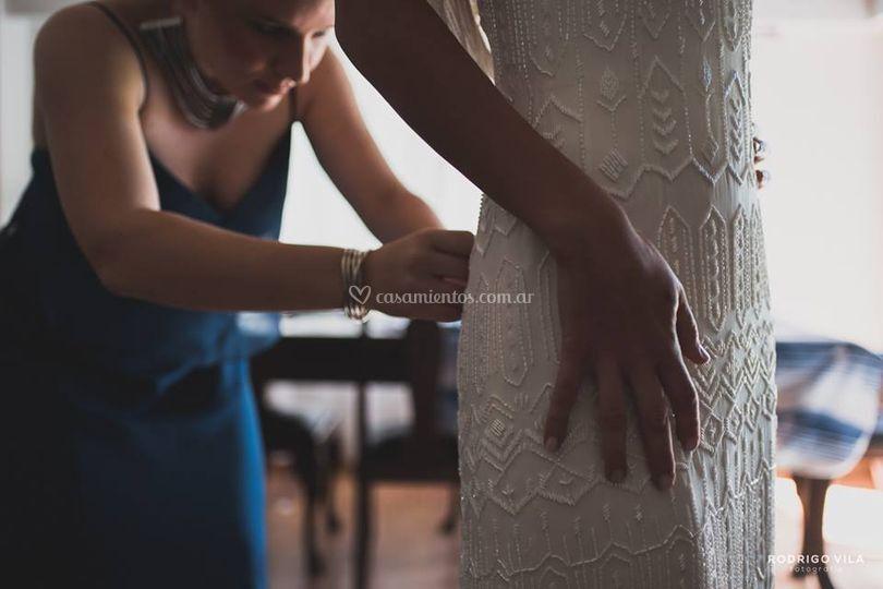 Nini con vestido bordado