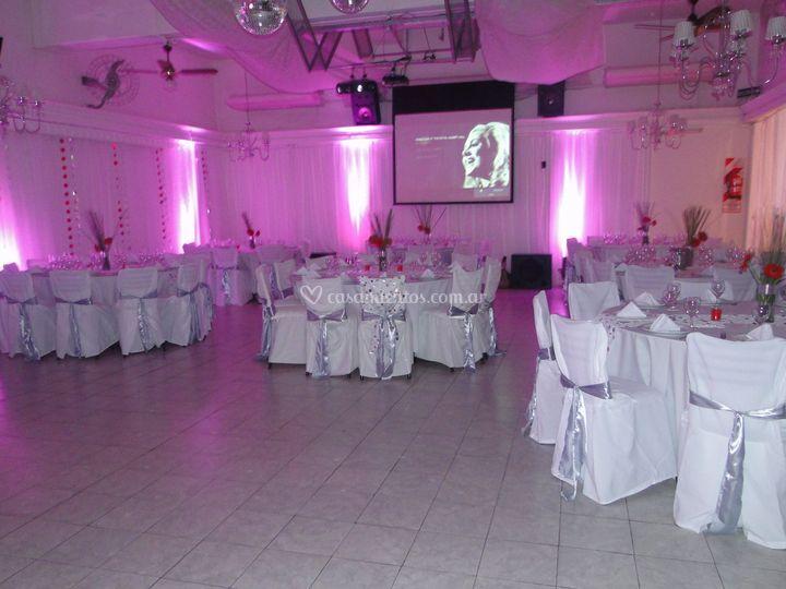 Salón decorado con luces led