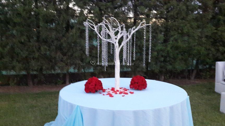 Mesa y rosas