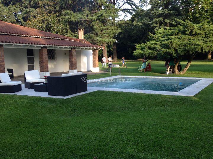 Living junto a la piscina