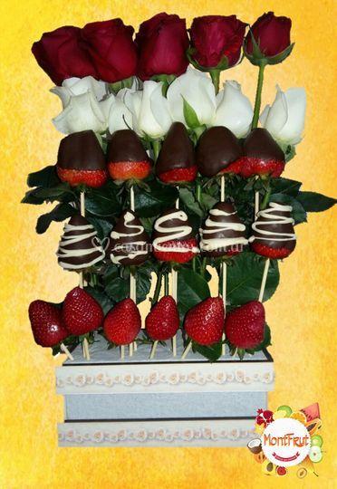 Cascada de rosas y frutillas
