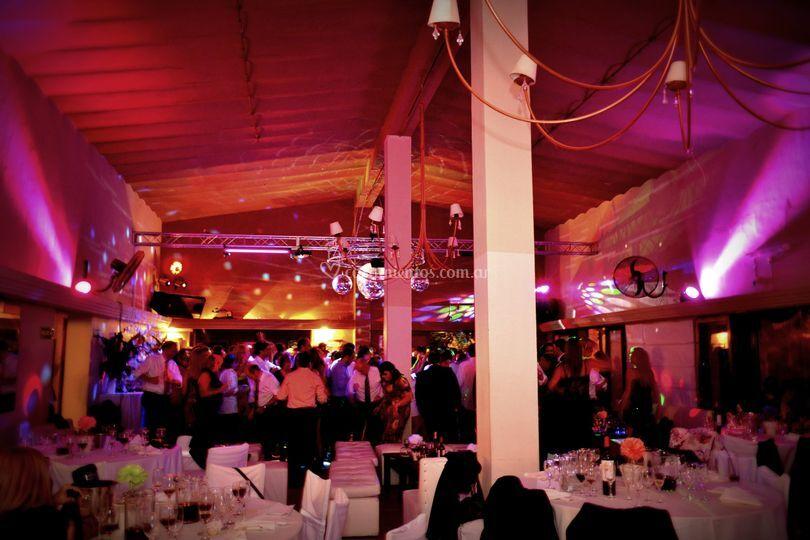 El salón iluminado, en fiesta.