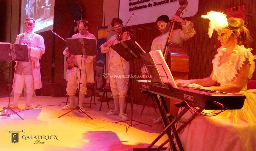Orquesta con trajes venecianos