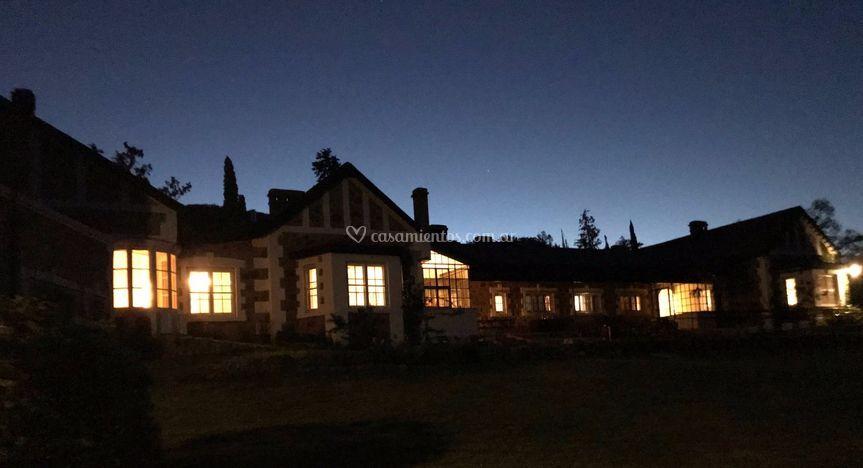 Vista de la casa de noche