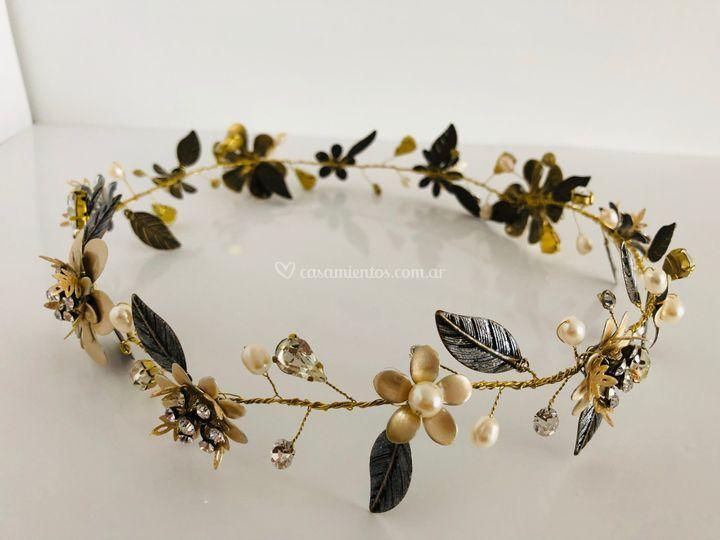 Corona de flores y hojas