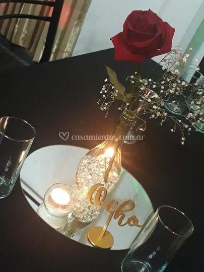 Centro de mesa con rosa roja