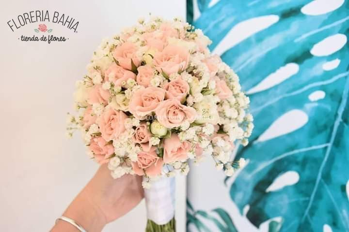 Bouquet de rositas y gipsofila