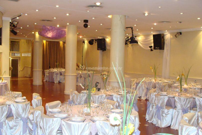 Salón ambientado con lila