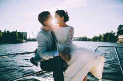 Celebrar el casamiento arriba de un barco