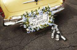 La tradici�n de las latas en el auto de casamiento