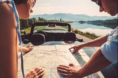Luna de miel en auto: ¿cómo planificar un viaje gasolero?