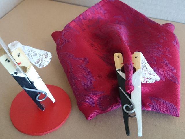 Souvenir DIY con broches: mini novios que se besan