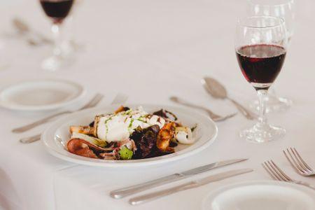 De uvas y cepas: 10 consejos para elegir el vino para su casamiento