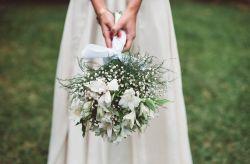 Cómo llevar el ramo de novia