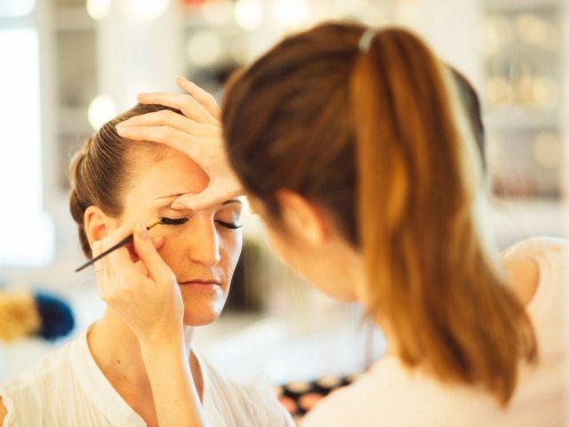 Cómo ocultar los ojos hinchados con maquillaje