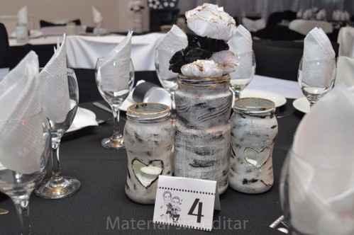centro de mesa con flores de papel y numerador