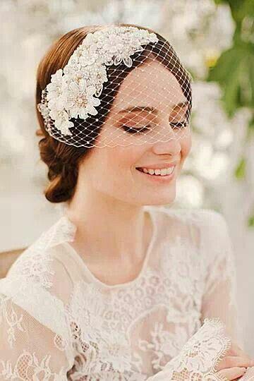 Peinados de novia con tocado vintage
