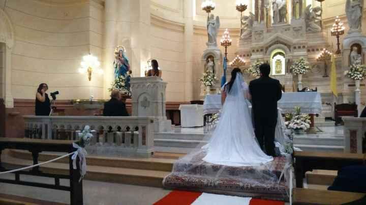 El altar, los novios, la madrina y la cola del vestido realizado por Zafiro