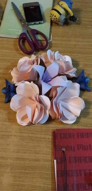 El botonier tiene q ser de la mismas flores eel ramo???? - 1