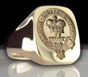 Anillo sello. Lleva el escudo de la familia y en su versión moderna lleva grabado la inicial del nom