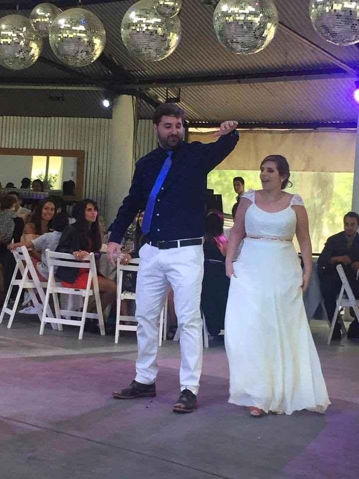 Invitando a la gante a bailar
